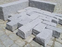 Granitpflaster, gespalten, hellgrau feinkörnig, ca. 10 x 20 cm