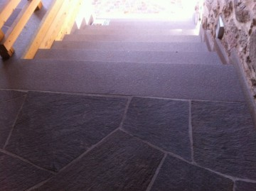 Aussentreppe, Stufen und Polygonalbelage spaltrauh