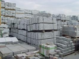 Granit-Randsteine, gespalten, hellgrau