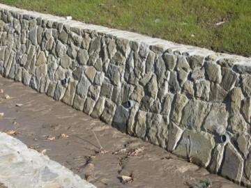 Mauersteine gespalten, Rückseite evtl. gesägt zum kleben