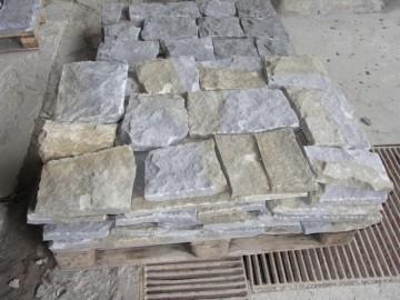 Mauersteine gespalten, Rückseite gesägt